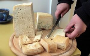 Sery kozie, które wytwarzane są tu na miejscu — to sery dla prawdziwych smakoszy. Sprzedawane od 50 do 70 litów za kilogram Fot. Marian Paluszkiewicz