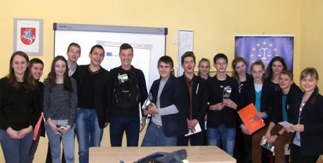 Podczas warsztatów uczniowie zapoznali się z podstawowymi prawami człowieka, międzynarodowymi przepisami                       Fot. archiwum
