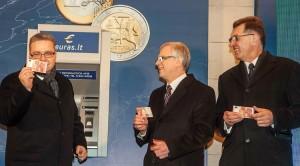 Jako pierwszy, 10 minut po północy, pobrali 10 euro z bankomatu w centrum Wilna premier Litwy Algirdas Butkevičius, szef Banku Litewskiego Vitas Vasiliauskas i minister finansów Rimantas Šadžius Fot. ELTA