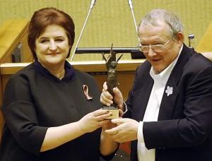 Adam Michnik podczas obchodów Dnia Obrońców Wolności odbiera litewską Premię Wolności Fot. ELTA