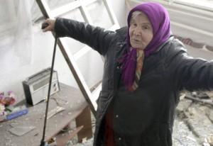 Mieszkańcy terenów objętych konfliktem zbrojnym od miesięcy żyją bez prądu, wody i gazu oraz codziennie narażają swoje życie         Fot. EPA-ELTA