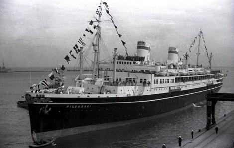 """""""Piłsudski"""", flagowiec PMH, w wielkiej gali banderowej wchodzi do Gdyni po dziewiczej podróży transatlantyckiej. 4 października 1935"""