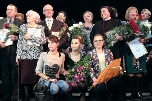 Wraz z laureatami konkursu do zdjęcia pozowali pracownicy i wolontariusze hospicjum Fot. Marian Paluszkiewicz