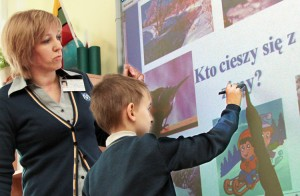Lekcja języka polskiego przy tablicy interaktywnej w klasie drugiej u Teresy Pawłowskiej Fot. Marian Paluszkiewicz