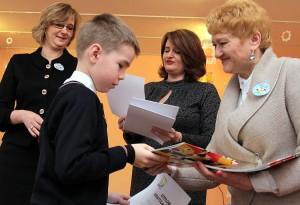 Autorzy wyróżnionych prac otrzymali nagrody i dyplomy gratulacyjne Fot. Marian Paluszkiewicz