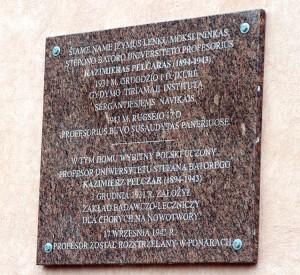W 2003 roku odsłonięto dwujęzyczną tablicę pamiątkową na domu nr 6 przy ul. Połockiej Fot. Marian Paluszkiewicz
