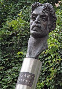 Mieszkańcy Wilna uczcili też pamięć niezwiązanego z tym miastem, ale zasłużonego dla świata muzyka Franka Zappę     Fot. Marian Paluszkiewicz
