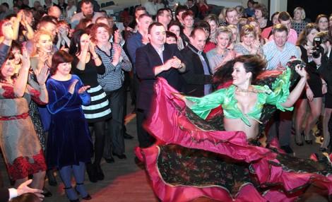 Na tradycyjnej zabawie zapustowej w DKP bawiło się prawie pół tysiąca osób Fot. Marian Paluszkiewicz