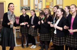 Wraz z uczniami Katarzyna Zvonkuvienė zaśpiewała najnowszą piosenkę, którą jej mąż napisał właśnie z okazji Dnia Niepodległości Fot. Marian Paluszkiewicz