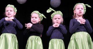 Dzieci na scenie są niezwykle bezpośrednie i autentyczne Fot. Marian Paluszkiewicz