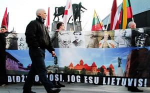 W tegorocznym marszu nacjonalistów udział wzięło kilkaset osób — kilkakrotnie mniej niż marsz zbierał w poprzednich latach  Fot. Marian Paluszkiewicz