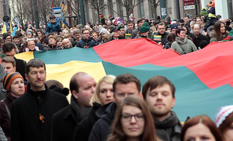 W Marszu Niepodległości uczestniczyło kilka tysięcy osób Fot. Marian Paluszkiewicz