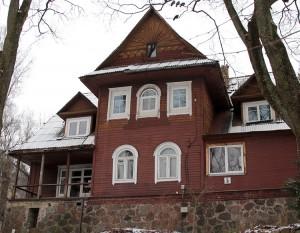 """Dom nr 5 przy ul. M. K. Paca zbudowany jest w stylu """" zakopiańskim"""" Fot. Marian Paluszkiewicz"""