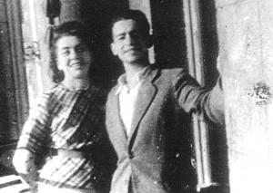 Margarita (matka) i Sergiusz Kościałkowski w mieszkaniu przy ul. Jagiellońskiej 8/19 (III piętro) w Wilnie (sierpień 1943 r.) Fot. archiwum