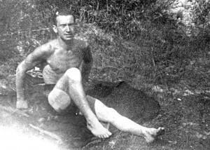 Sergiusz Kościałkowski ukrywający się w Tietańcach koło Ejszyszek (lipiec 1942 r.). Przed wejściem do Egzekutywy AK Fot. archiwum