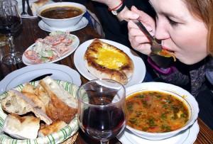 """Najlepiej """"na własny ząb"""" skosztować ostrej zupy charczo czy przepysznego szaszłyka w sosie granatowym Fot. Brygita Łapszewicz"""