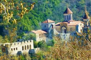 Monastyr Motsameta ― zbudowany na szczycie skalistego wzgórza nad rzeką Cchalciteli (Czerwona Rzeka) ― wygląda bajecznie Fot. Brygita Łapszewicz