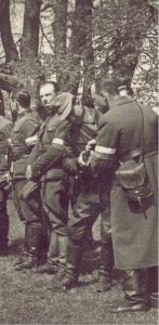 """""""Fakir"""" (w skórzanej kurtce) w czasie koncentracji """"Jurandowców"""" (Kamionka koło Turgiel, maj 1944 r.)"""