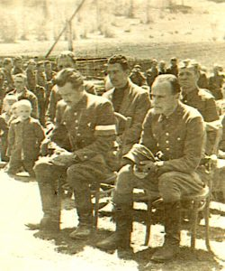 """""""Fakir"""" (w marynarce, za """"Jurandem"""" i """"Korabem"""") w czasie nabożeństwa polowego 1. Brygady Wileńskiej AK (czerwiec 1944 r.)"""