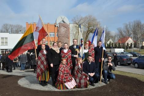 Członkowie polskich i litewskich organizacji społecznych przed pomnikiem bohatera Fot. Krzysztof Subocz