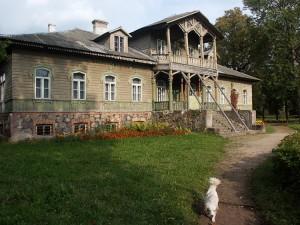 Stan dworku sprzed renowacji w 2003 r.
