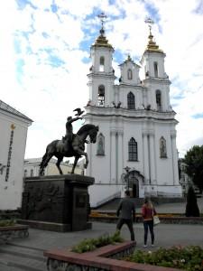 Pomnik księciu Olgierdowi, który w XIV wieku długie lata był księciem Witebska i zabytkowa cerkiew Zmartwychwstania Fot. archiwum