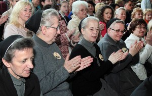 Na uroczystość przybyły od lat zaprzyjaźnione ze szkołą siostry ze Zgromadzenia Sióstr Urszulanek Serca Jezusa Konającego Fot Marian Paluszkiewicz