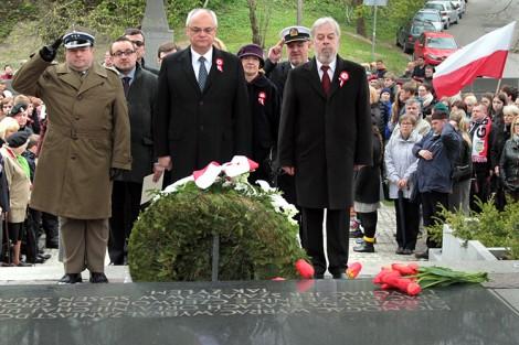 W święto Konstytucji 3 Maja przedstawiciele polskiej dyplomacji i społeczności polskiej tradycyjnie złożyli wieńce i kwiaty Fot. Marian Paluszkiewicz