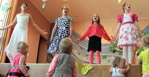 Uczniowie przygotowali specjalny program ― przedstawienia, piosenki i zabawne tańce, do których zostali zaproszeni również finaliści konkursu Fot. Marian Paluszkiewicz