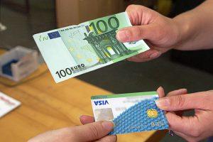 Coraz częściej klienci rozliczają się za pomocą kart płatniczych Fot. Marian Paluszkiewicz