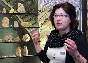 Pracowniczka galerii-muzeum Ernesta opowiada historię powstania bałtyckiego jantaru Fot. Marian Paluszkiewicz