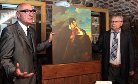 Prezes Janusz Skolimowski wręcza replikę portretu Mickiewicza dyrektorowi Rimantasowi Šalnie Fot. Marian Paluszkiewicz