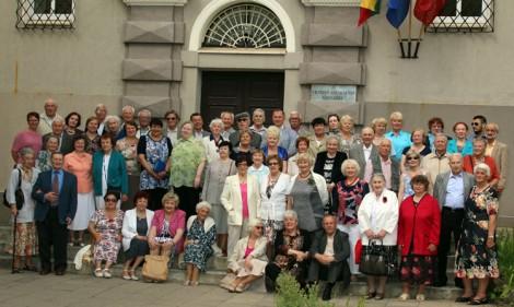 """Bez  wspólnego zdjęcia tradycja spotkań  absolwentów, zawsze wiernych """"Piątce"""" nie zostałaby zachowana Fot. Jerzy Karpowicz"""