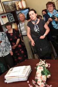 Jurate  Kiliuliene, córka Krystyny Pytlewicz ,absolwentki roku 1957, przyniosła do szkoły cenne pamiątki po mamie: wycinki prasowe, listy,zdjęcia Fot. Jerzy Karpowicz