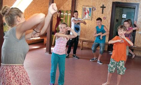 Taniec jest bardzo popularny wśród uczestników letniego dziecięcego obozu, jaki ma miejsce obecnie w Twereczy Fot.Marian Paluszkiewicz