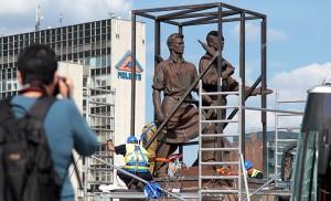Wokół figur ustawiono specjalne zespawane stalowe klatki, aby rzeźby zdjąć bezpiecznie i nie uszkodzić