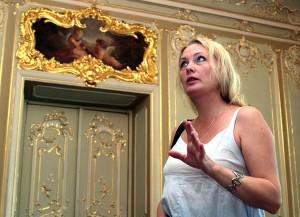 Po pałacowych wnętrzach oprowadza wicedyrektor Olga Ziniewicz Fot. Marian Paluszkiewicz