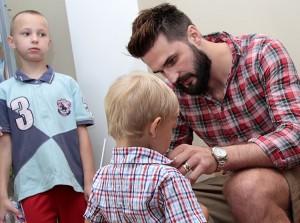 Dzieci prosiły o autografy ulubionego koszykarza, a Linas Kleiza chętnie je rozdawał Fot. Marian Paluszkiewicz