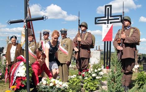 Starosta Renata Bogdanowicz i prezes koła ZPL w Miednikach Helena Połujańska składają kwiaty na Grobie Nieznanego Żołnierza Fot. Marian Paluszkiewicz