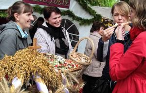 Gościnne gospodynie przy stoiskach częstowały wszystkich smakołykami, przygotowanymi z świeżych, tegorocznych plonów Fot. Marian Paluszkiewicz