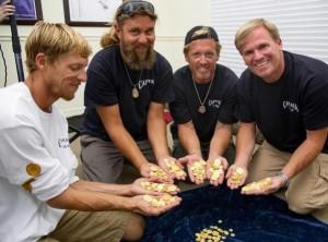 Poszukiwacze skarbów na wybrzeżu Florydy znaleźli 350 złotych monet na głębokości 2 metrów Fot. EPA-ELTA