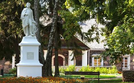 Pierwszy na Litwie pomnik Adama Mickiewicza przed pałacem w Burbiszkach Fot. Marian Paluszkiewicz