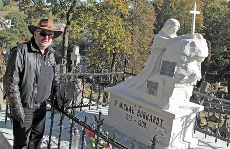 Podczas wizyty ks. Jaworski obejrzał odnowiony zabytkowy grobowiec rodziny Burhardtów Fot. Marian Paluszkiewicz