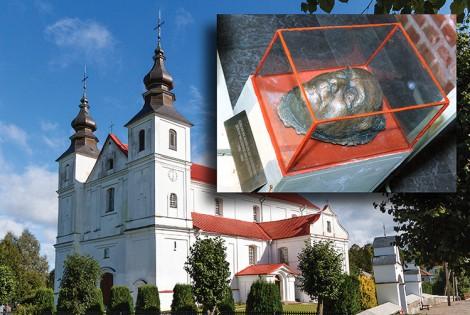 """Pod głównym ołtarzem katedry we Worniach, u wezgłowia grobów ze szczątkami biskupów żmudzkich znajduje się jedna z trzech pośmiertnych masek Jerzego Giedroycia, twórcy paryskiej """"Kultury"""" Fot. Marian Paluszkiewicz"""