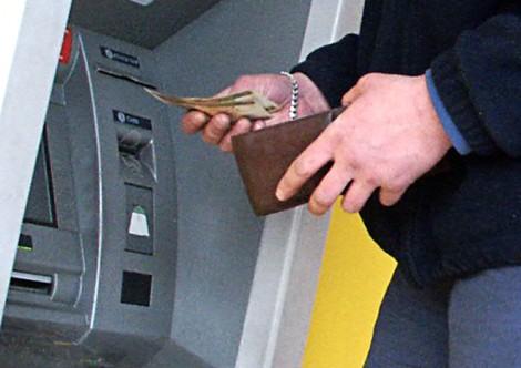 """Znalezione pieniądze najlepiej jest zostawić na miejscu i zaczekać, aż bankomat je """"połknie"""" je z powrotem Fot. Marian Paluszkiewicz"""