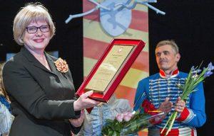 Za działalność na rzecz polskiej sztuki odznaczona została Irena Litwinowicz, dyrektor artystyczna Polskiego Teatru w Wilnie Fot. Marian Paluszkiewicz