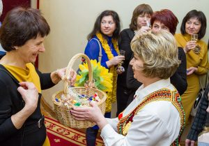 Miła niespodzianka podczas przerwy — widzów częstowano szampanem i cukierkami Fot. Marian Paluszkiewicz