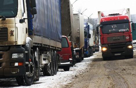 Z powodu zdarzających się trudności w nowym elektronicznym systemie opłat drogowych Federacji Rosyjskiej na granicach tworzą się kolejki Fot. Marian Paluszkiewicz