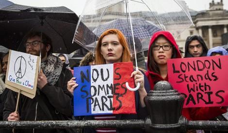 Na całym świecie ludzie solidaryzują się z Francją Fot. EPA-ELTA