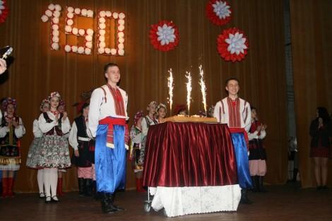W końcu imprezy został wniesiony tort z świąteczną iluminacją